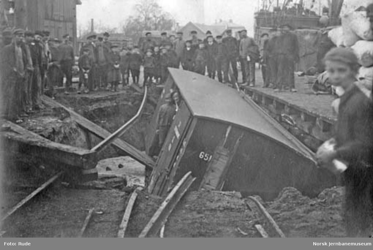 Ras ved jernbanebrygga i Drammen : ødelagt godsvogn