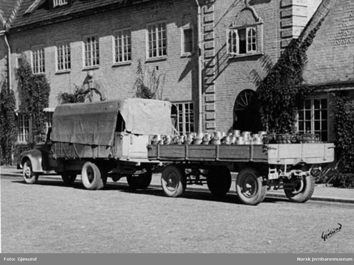 NSB Lågendalsruten : lastebil med tilhenger lastet med melkespann