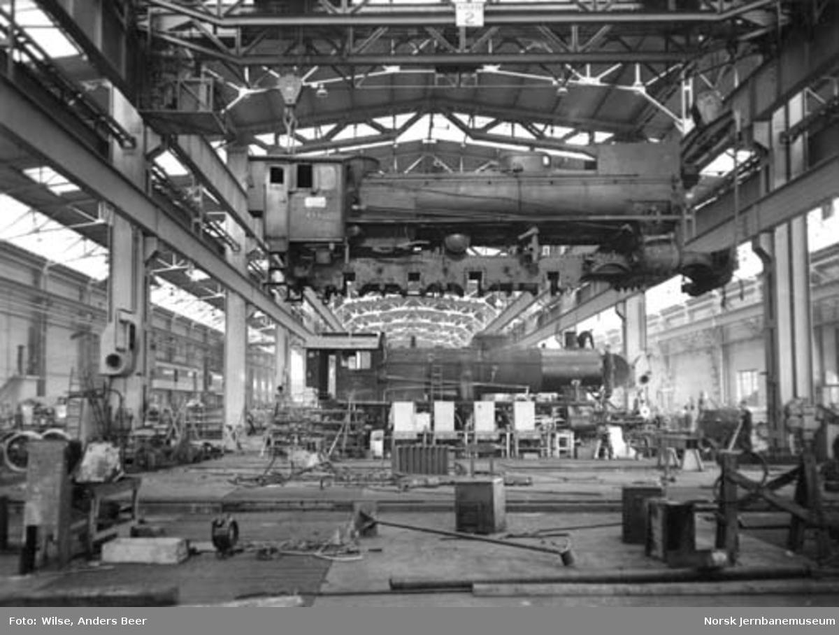 Verkstedet Grorud : damplokomotiv type 26c nr. 433 i kranen