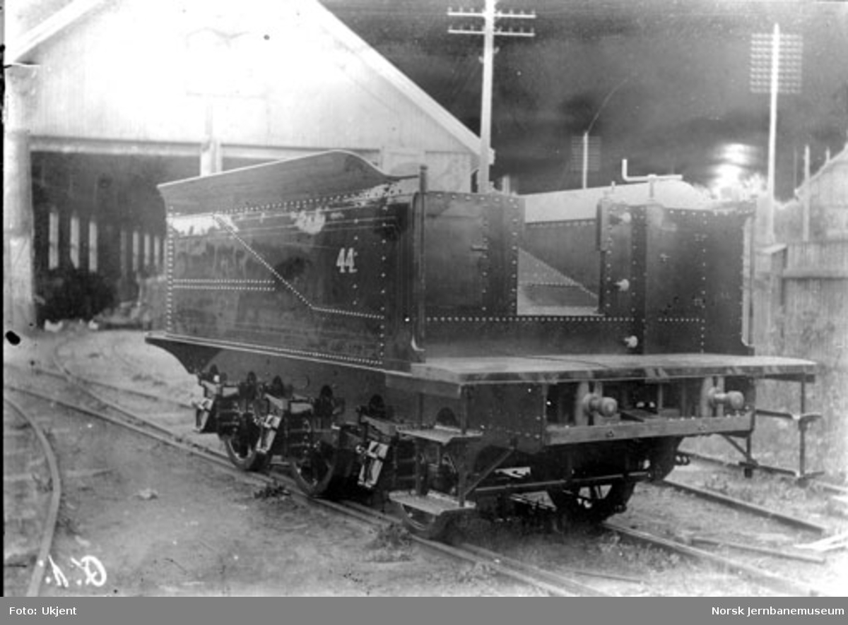Tender til lok 44, type XXIIIa, på Skabo Jernbanevognfabrik, trolig etter brannen i 1895