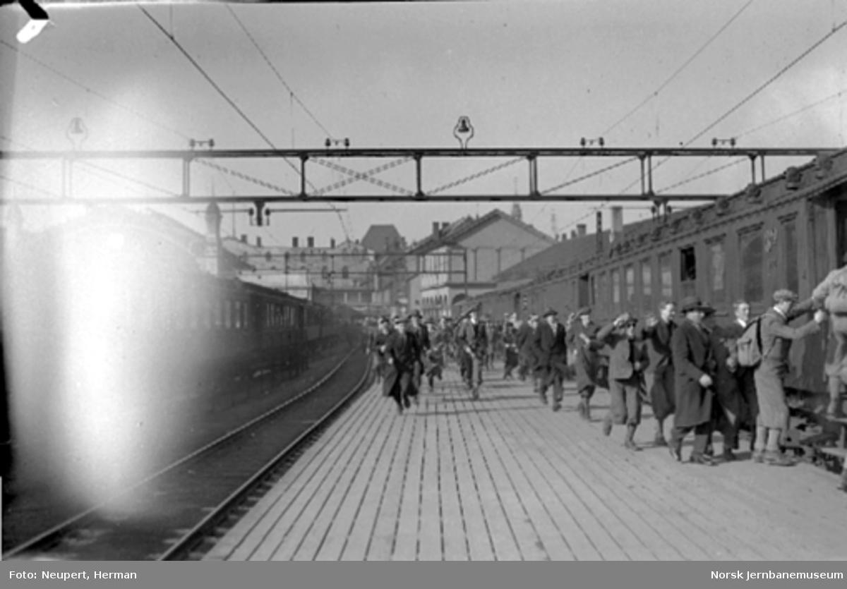 Påstigning på et persontog på Oslo Østbanestasjon