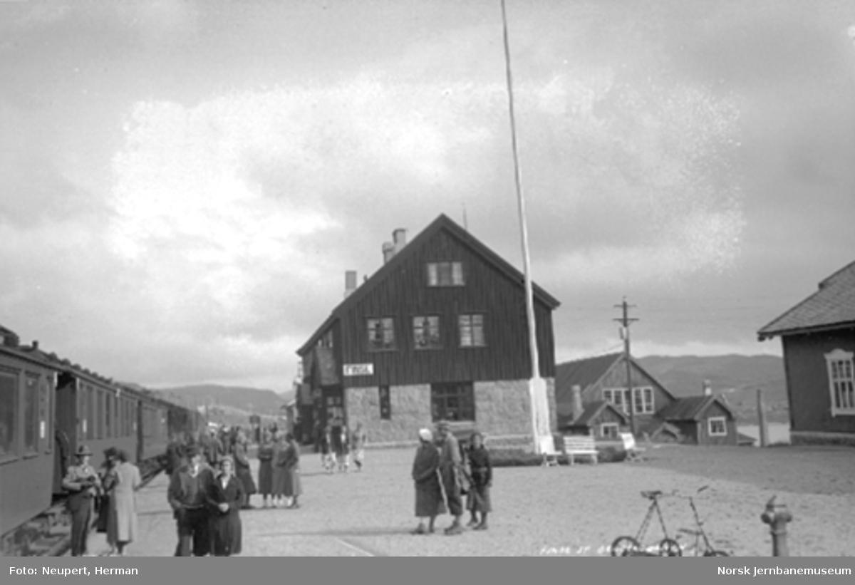 Reisende på Finse stasjon foran tog til Bergen.