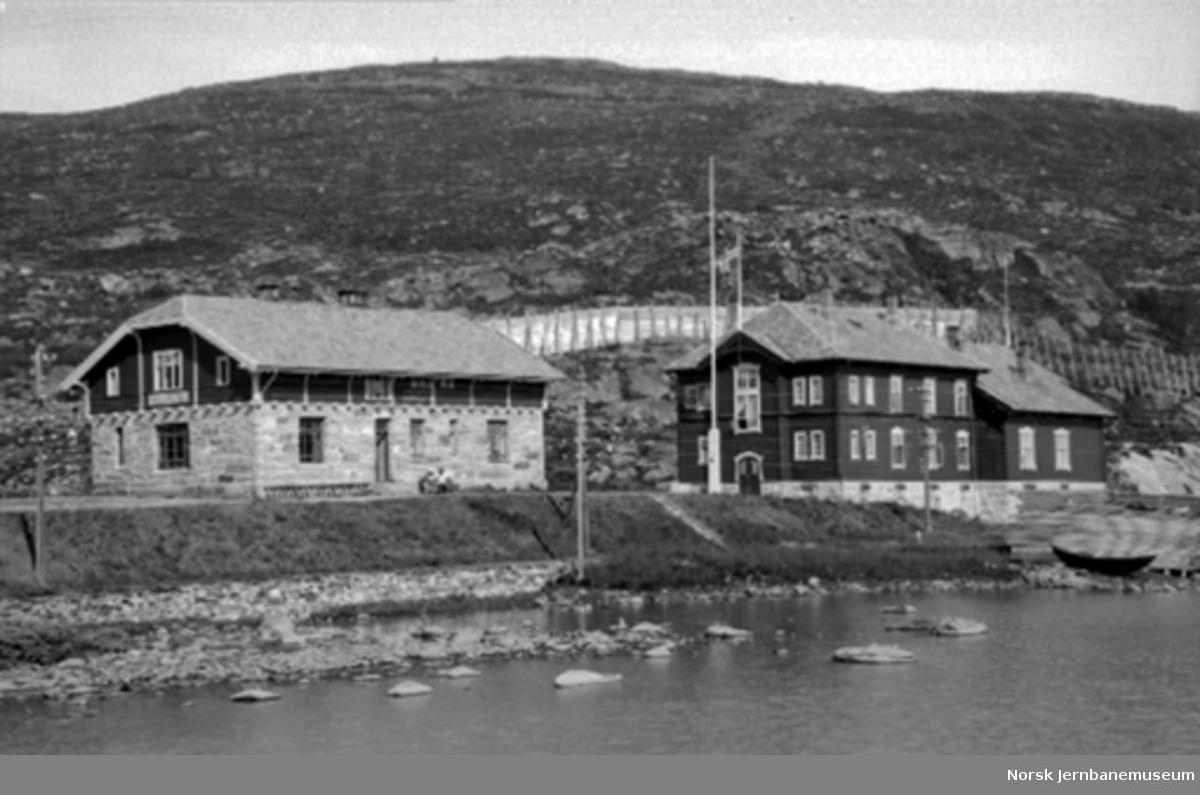 Haugastøl stasjon med stasjonsbygningen og hotellet