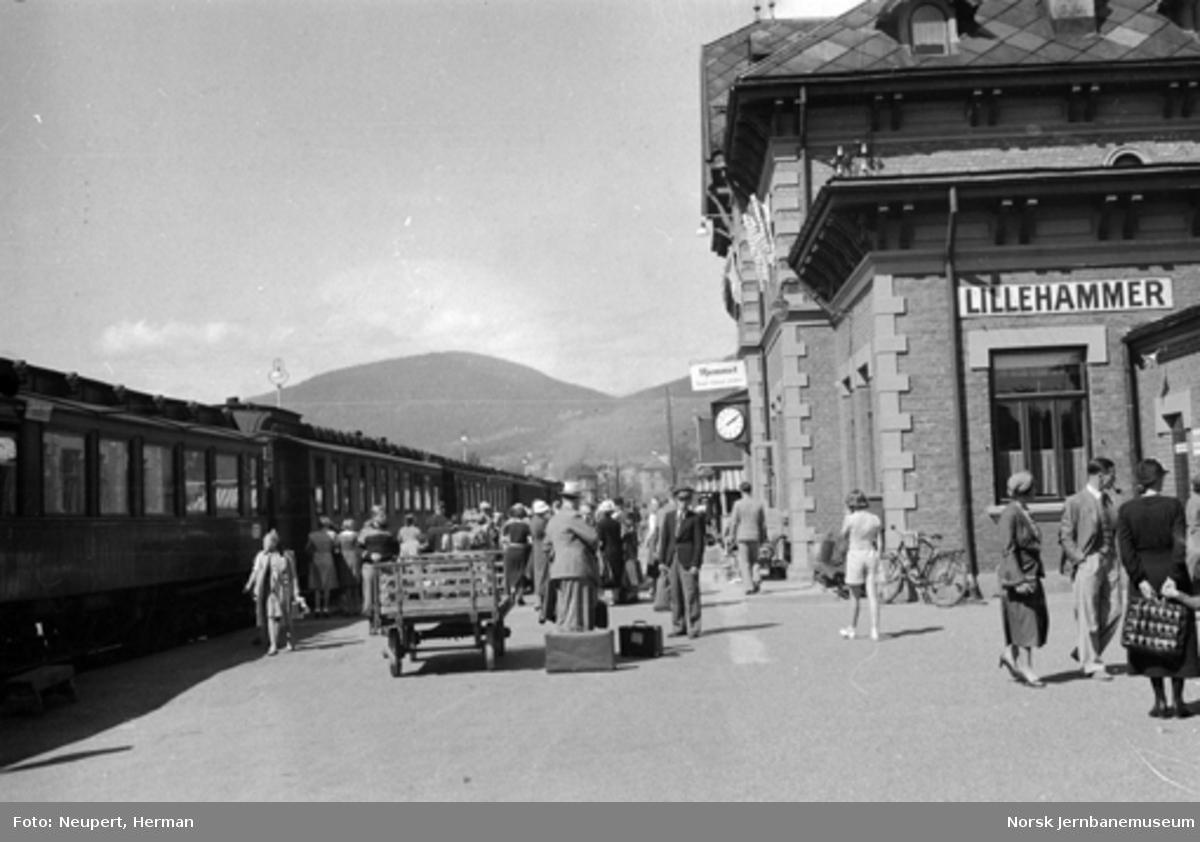Persontog og reisende på Lillehammer stasjon