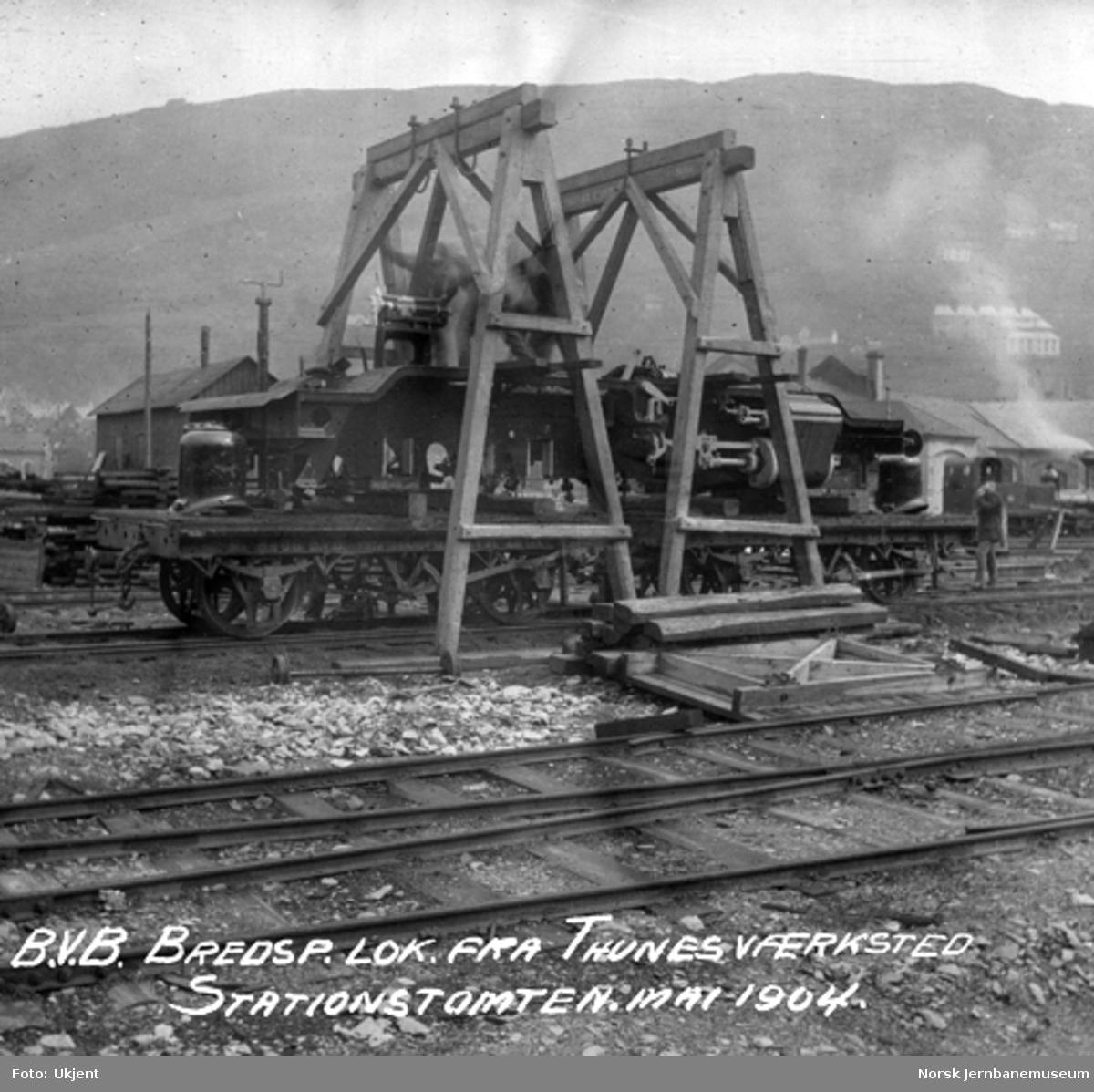Normalspormateriell til Bergensbanen : ramme til damplokomotiv type 21a opplastet på to smalsporvogner