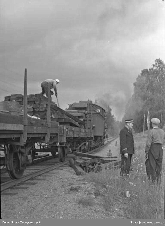"""Maskinen og """"beitet"""" - en tur med godstog 5283 Hamar-Lillehammer - avlasting av sviller"""