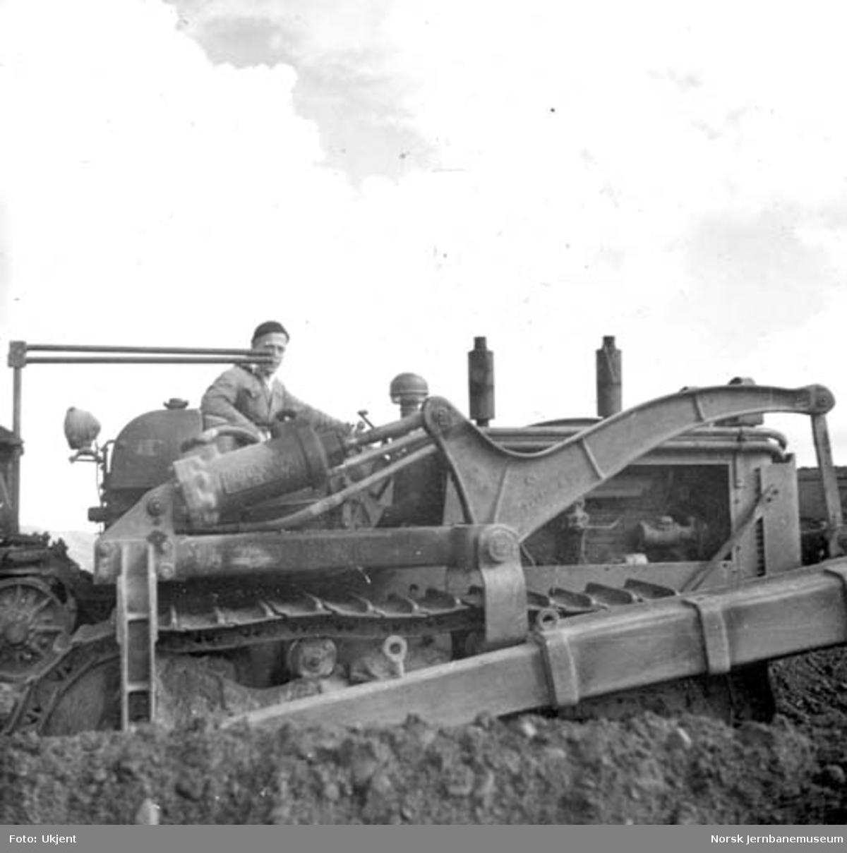 Bulldozer på Rognan stasjonsområde