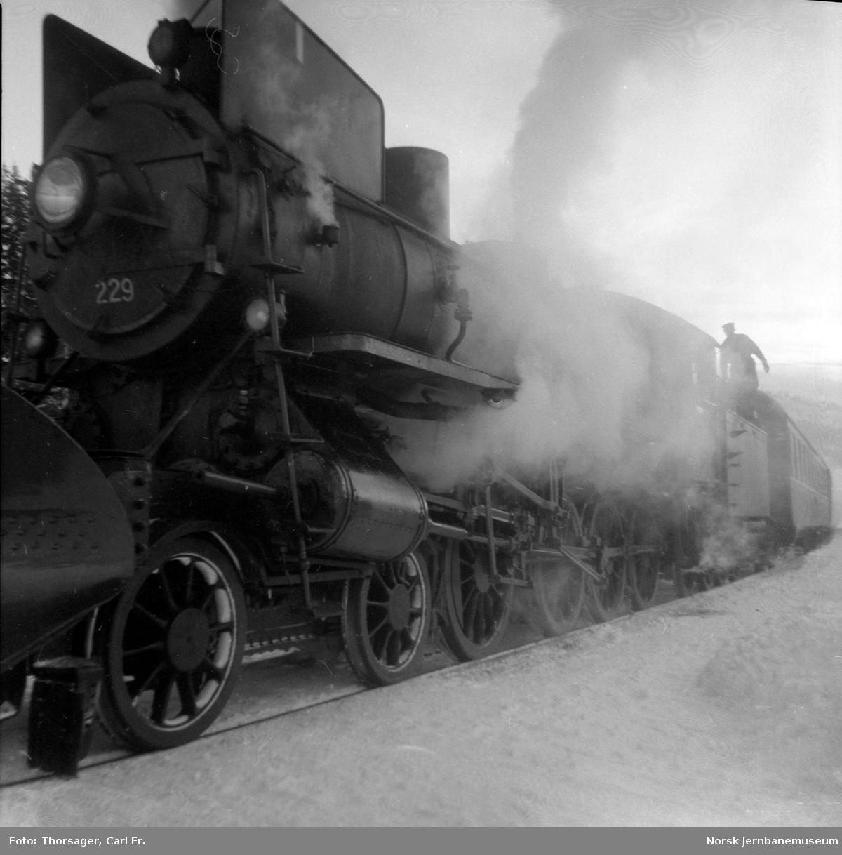 Damplokomotiv type 26b nr. 229 et sted mellom Hamar og Koppang
