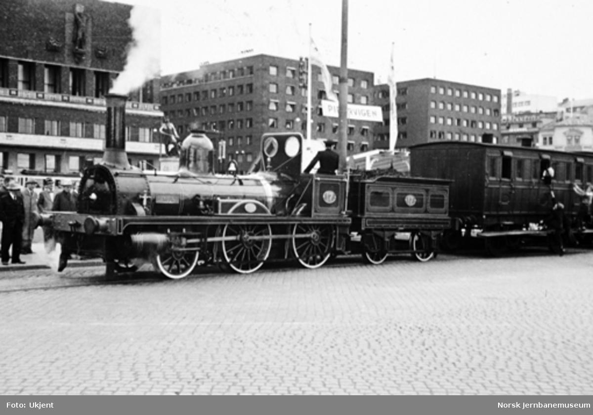 Damplokomotiv nr. 17 med karettog ved Jubileumsutstillingen