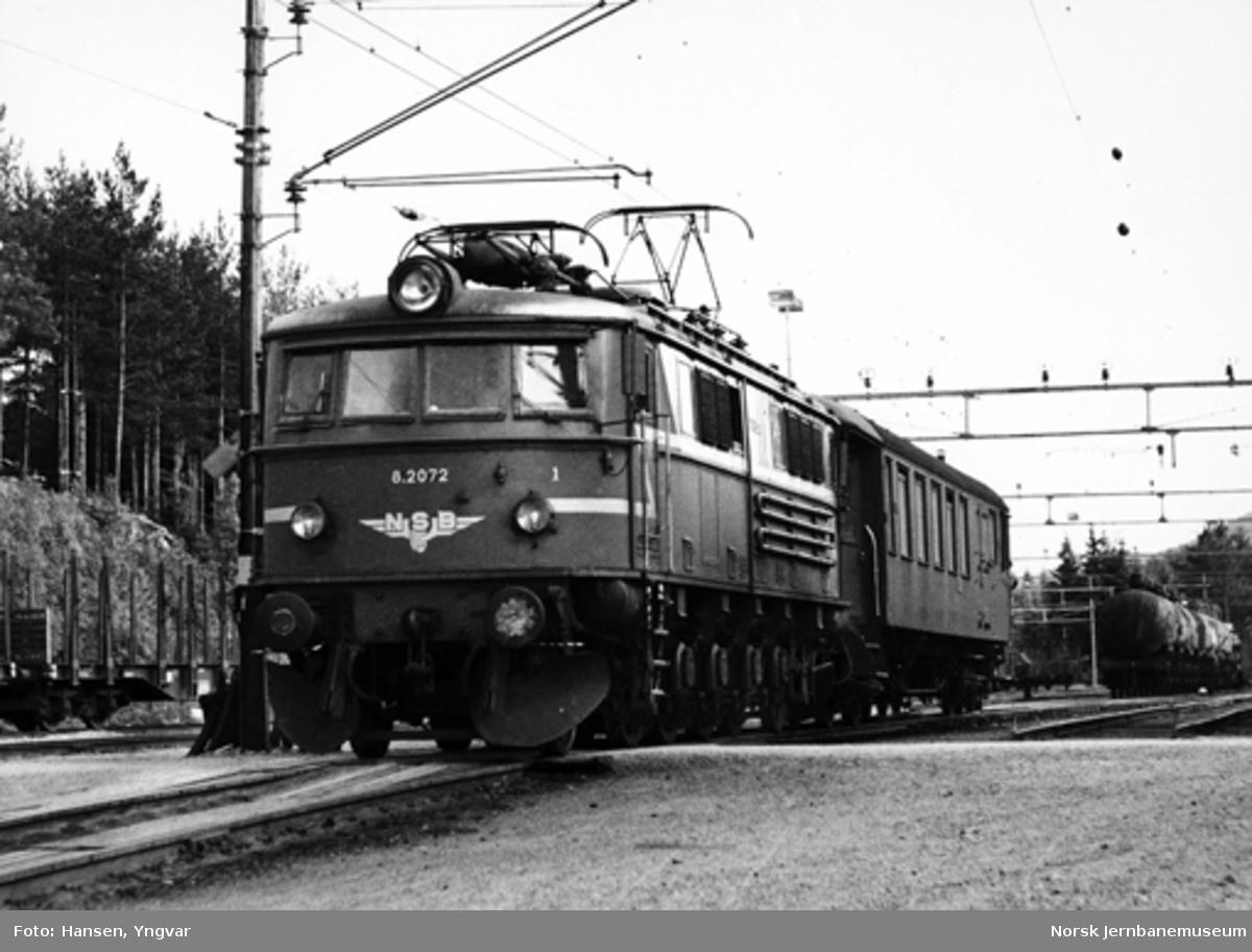 Elektrisk lokomotiv El 8 2072 på Tinnoset stasjon, med godstogets konduktørvogn
