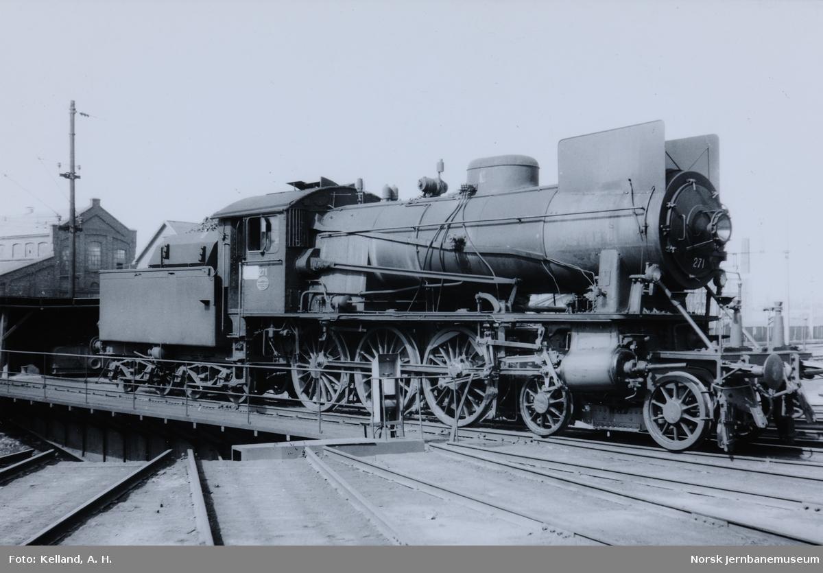 Damplokomotiv type 30a nr. 217 utenfor lokomotivstallen på Hamar stasjon