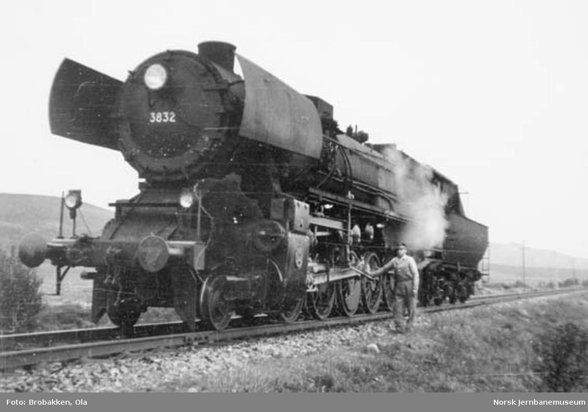 Damplokomotiv type 63a nr. 3832 på Fokstua, etter å ha assistert natthurtigtog 405 opp fra Dombås, lokfører Alf Mikkelsen ved siden av lokomotivet