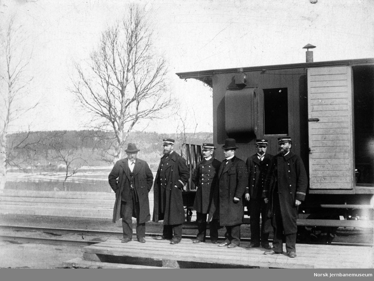 Togpersonalet fotografert utenfor konduktørvogn på Storlien stasjon