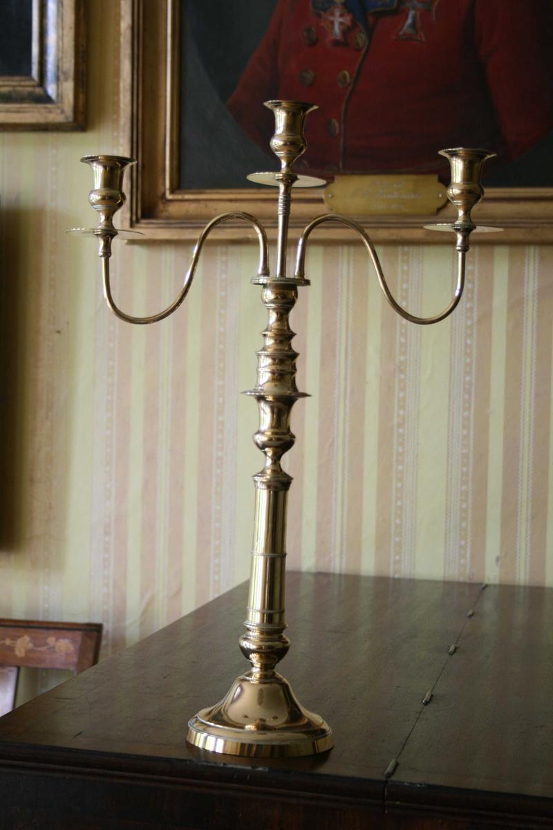 Lysestake i messing, nedre del av kandelaber med tre lyspiper.