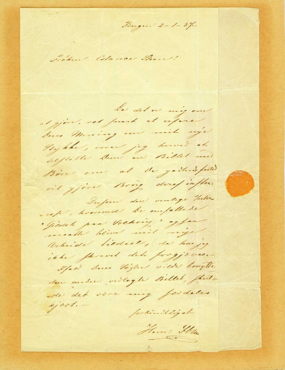 """Oppstillingsliste: """" Brev / Papir med påskrift / Påskrift (Henrik Ibsen): Frøken Constance Steen! Det er mig om at gjøre (...) / Bergen 2-1-57."""" Brevet festet på tynn papp/kartong"""