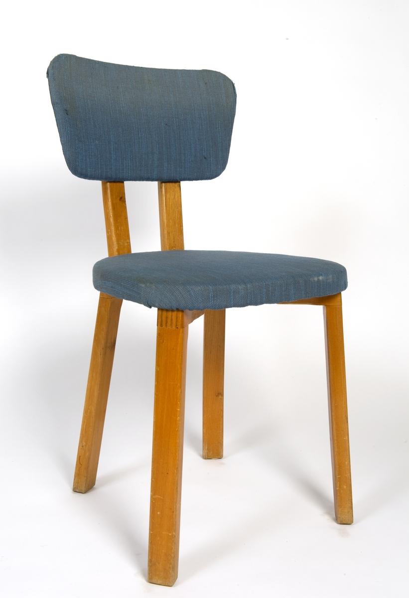 Stol med fire beina, ryggen og sete er trukket med ullstoff.