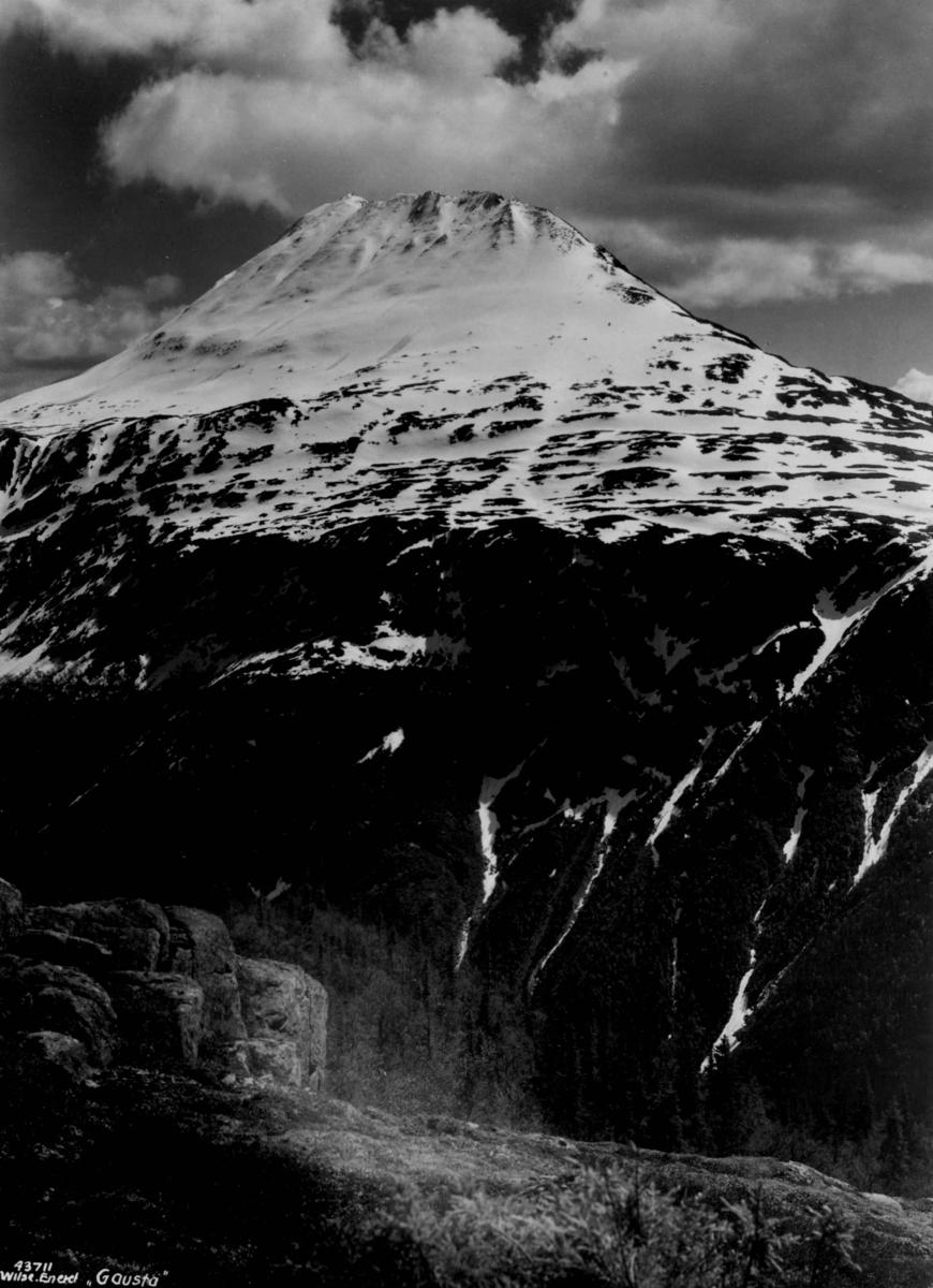 Landskap med Gaustatoppen. Snødekt fjell.