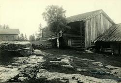 Røiri, Lørenskog, Nedre Romerike, Akershus. Låve med låvebru