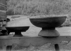 To kurvostfat med stett, av tre. Risnes, Fjotland, Kvinesdal, Vest-Agder.
