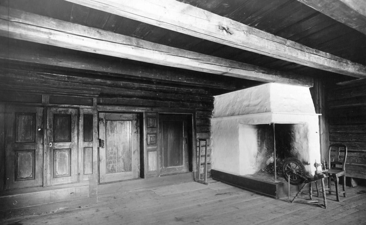 Stue fra Smedstad, Gjerdrum, Øvre Romerike. Interiør. Fotografert på Norsk folkemusem, 1925.