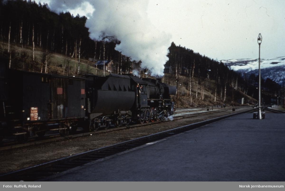 Damplokomotiv type 63a nr. 324 på Dombås stasjon