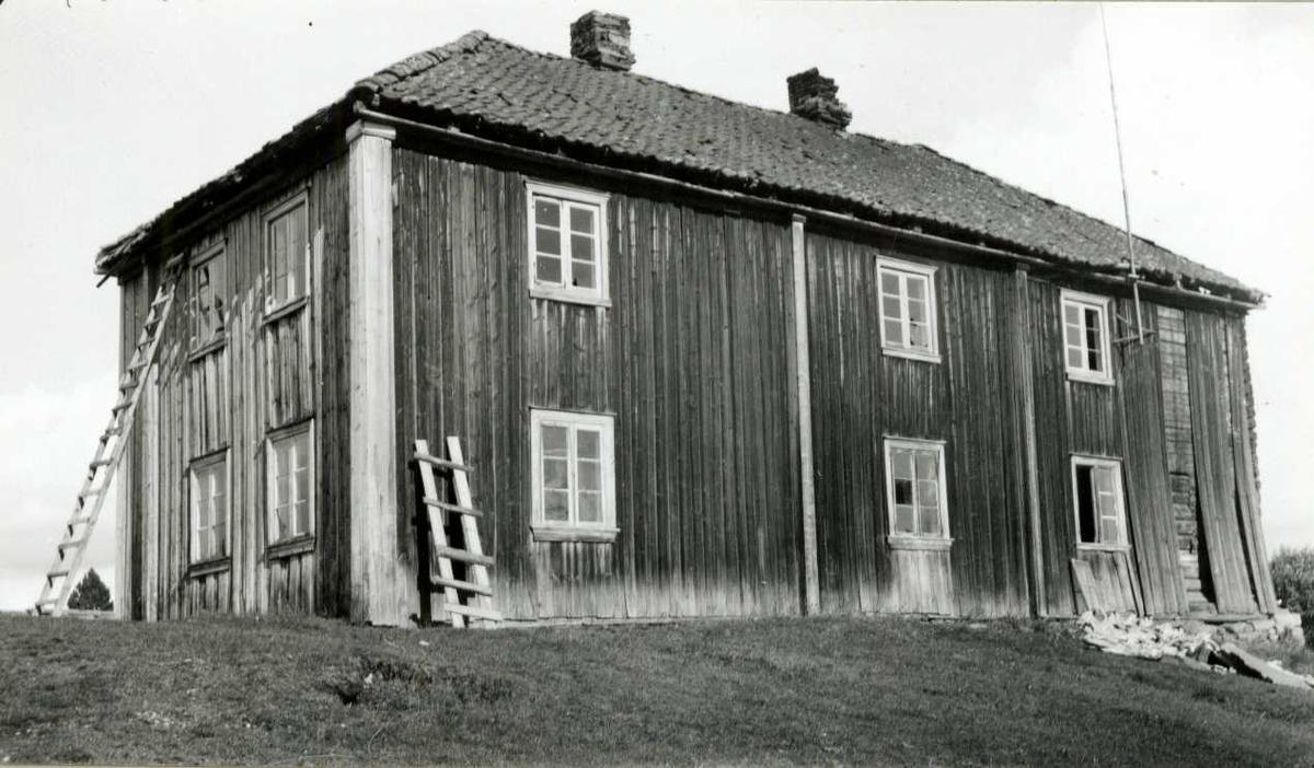Karterud, Kongsvinger, Hedmark. Hovedbygningen under rivning, sett fra baksiden. Nå på Norsk Folkemuseum.